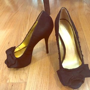 EUC 8.5 black peep toe pumps w/bow